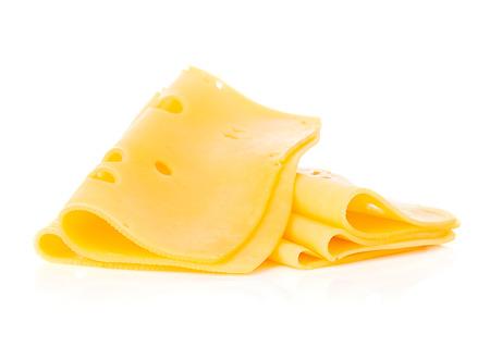 plakjes kaas op een witte achtergrond