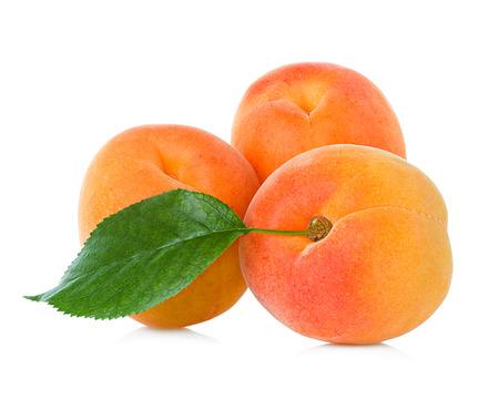 Verse abrikozen geïsoleerd op wit