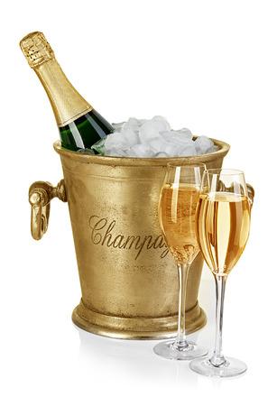 白い背景で隔離の脚付きグラスの氷バケットにシャンパンのボトル 写真素材
