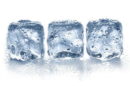 cubetti di ghiaccio: Cubetti di ghiaccio isolato su bianco. Archivio Fotografico