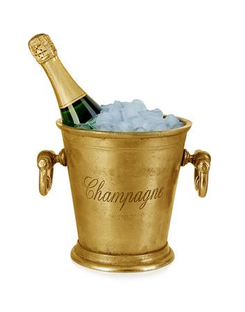 Champagne-fles in een emmer met ijs op de witte achtergrond wordt geïsoleerd die