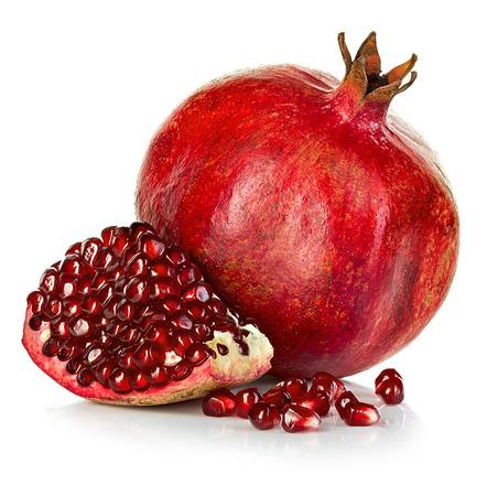 Rijpe granaatappels die op een witte achtergrond.