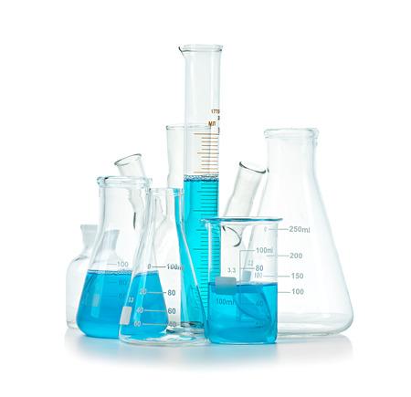 química: Tubos de ensayo, frascos con líquido azul aislado en blanco Foto de archivo
