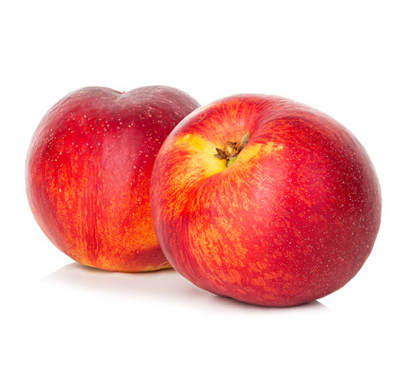Nectarines geïsoleerd op witte achtergrond