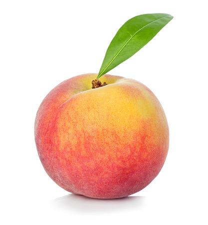 Perzik op witte achtergrond wordt geïsoleerd die