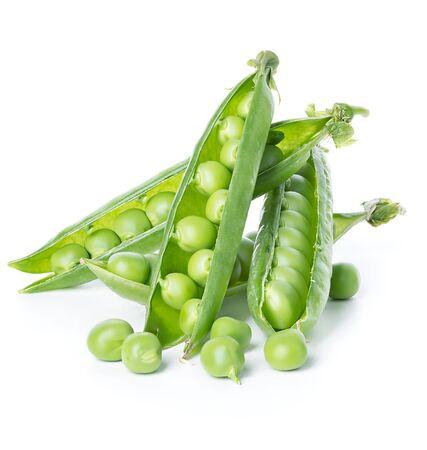 Frische grüne Erbsenschoten isoliert auf weiß Standard-Bild
