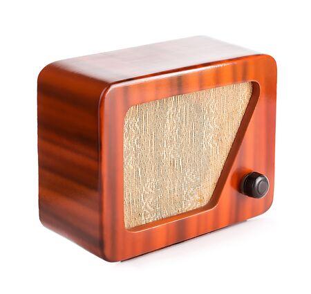 Vieille radio en bois isolée