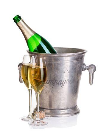 Botella de champán en un cubo de hielo con copas de champán. Foto de archivo