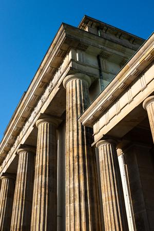 Tall Columns of the Brandenbugh Gate Against Blue Sky Stock fotó