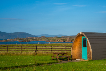 Glamping Pod In A Field by the Coast On an Island in the Hebrides in Scotland on a Sunny Day Standard-Bild