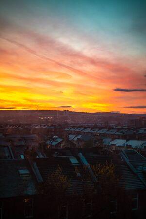 Lever du soleil derrière les appartements traditionnels à Glasgow en Écosse en hiver