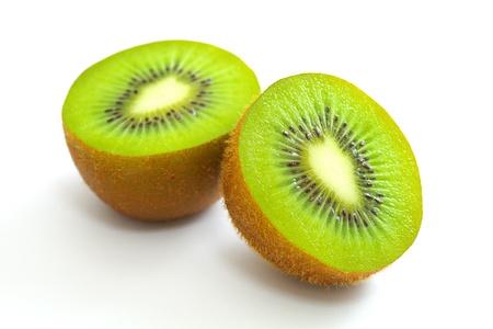 kiwi fruta: Cortar el kiwi en el fondo blanco