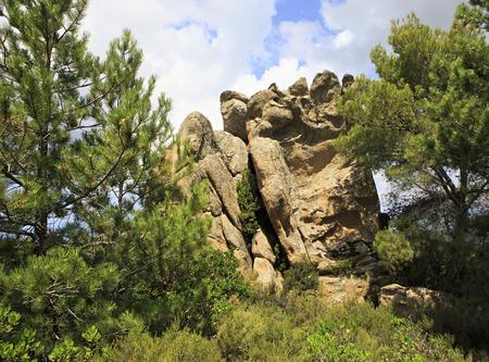 sithonia: Piedi pietra enorme nelle montagne. Penisola di Sithonia nella Grecia settentrionale.