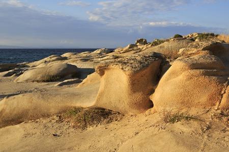 sithonia: Pietra cape Vourvourou Beach. Bella serata paesaggio. Penisola di Sithonia. Grecia. Archivio Fotografico