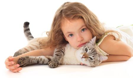 Mooi meisje knuffelen haar kat op een witte achtergrond. Stockfoto - 33192792