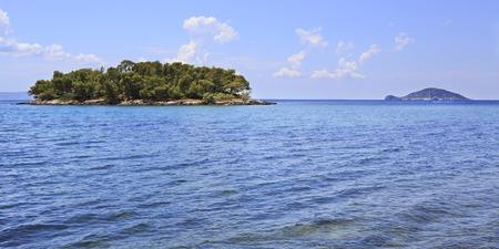 sithonia: Kelyfos isola galleggiante sulle isole vicine. Penisola di Sithonia. Grecia.