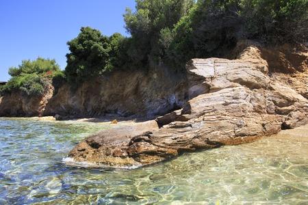 sithonia: Sporgenza di pietra nel Mar Egeo. Penisola di Sithonia. Grecia.