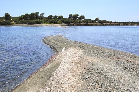 sithonia: Spit sull'isola allagata marea. Penisola di Sithonia. Grecia.
