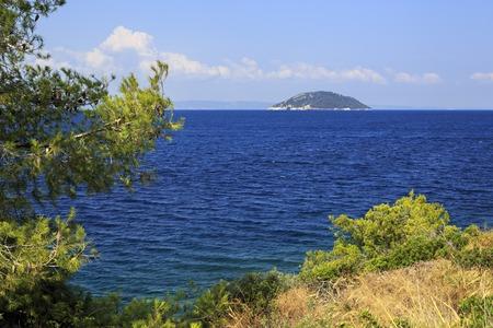 sithonia: Bella Kelyfos isola nel mare Egeo. Penisola di Sithonia. Grecia.