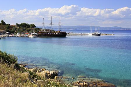 Ships in the harbor of Ormos Panagias in Sithonia Stockfoto