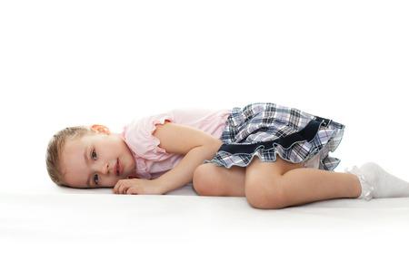 bambini pensierosi: Bambina premurosa sta mentendo.
