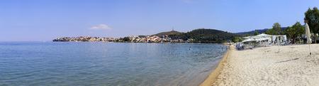 sithonia: Spiaggia a Neos Marmaras. Bella citt� sulla penisola di Sithonia.