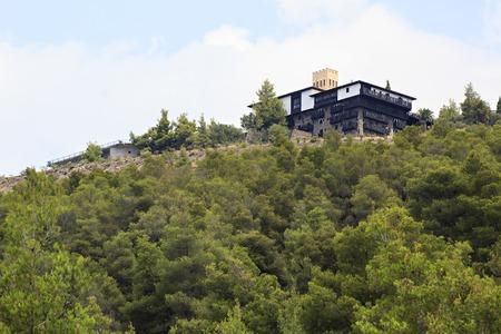 sithonia: Sithonia, Grecia - 23 LUGLIO 2014: Villa Galini Porto Carras sulla cima della montagna. Sithonia.