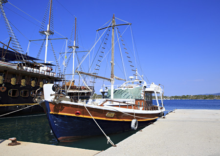 sithonia: Ormos Panagias, Grecia - 11 luglio 2014: Le navi nel porto di Ormos Panagias in Sithonia
