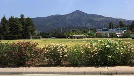 sithonia: Sithonia, Grecia - 20 luglio 2014: Campo di calcio a Porto Carras Grand Resort. Grecia Editoriali