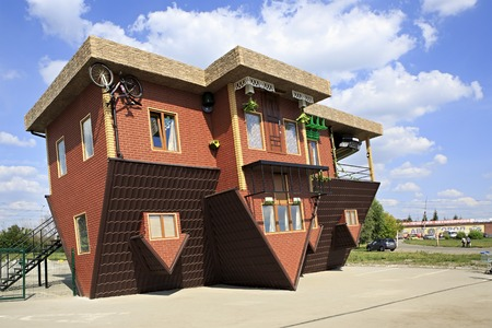 Omsk, Russia - August 02, 2014: the attraction Upside down house in Omsk. Redactioneel