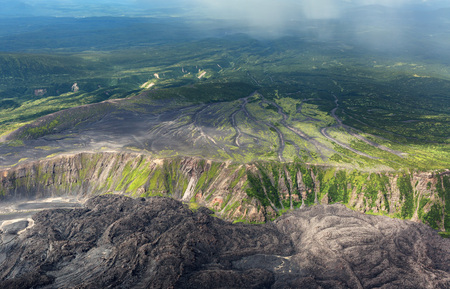 hot temper: la caldera del volcán Maly Semyachik. Reserva Natural Kronotsky en la península de Kamchatka. Vista desde un helicóptero. Foto de archivo