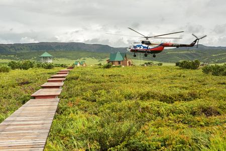hot temper: Península de Kamchatka, Rusia - 12 de agosto de 2016: El helicóptero aterrizó en la caldera de Uzon. Reserva natural de Kronotsky en la península de Kamchatka. Editorial