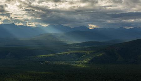 hot temper: Rayos de la tarde en la reserva natural de Kronotsky en la península de Kamchatka. Vista desde el helicóptero.