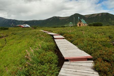 hot temper: Península de Kamchatka, Rusia - 12 de agosto de, 2016: La administración de Uzon Caldera. Reserva Natural Kronotsky en la península de Kamchatka.