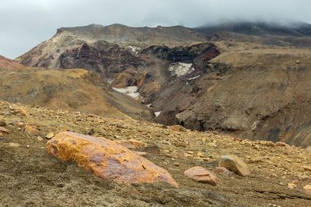 Schöne Landschaft Hängen des Vulkans Mutnovsky mit Wolken.