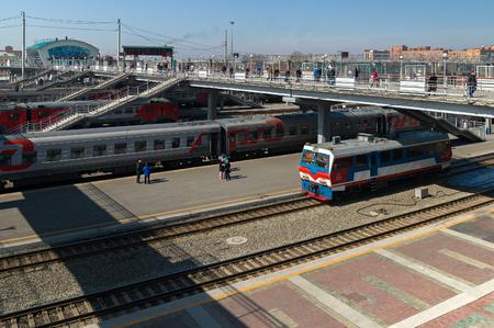 ノヴォシビルスク, ロシア連邦 - 2017 年 4 月 11 日: 列車ノヴォシビルスク市の駅の線路上