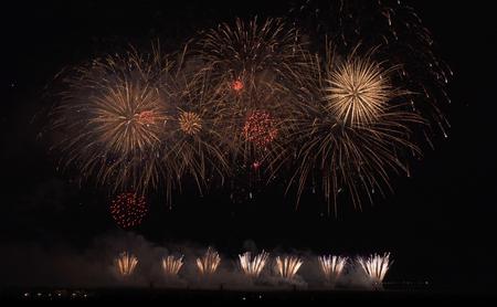 Fuegos artificiales de colores sobre fondo de cielo negro Foto de archivo