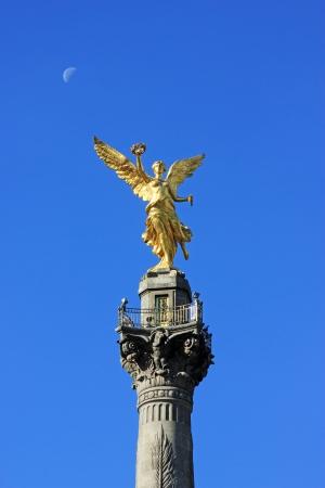 angel de la independencia: CIUDAD DE M�XICO - 3 de febrero de 2013: El �ngel de la Independencia, conocido oficialmente como Columna de la Victoria se encuentra en una rotonda sobre Paseo de la Reforma, en el centro de Ciudad de M�xico en un d�a Domingo Foto de archivo