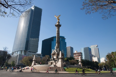 angel de la independencia: M�XICO, DF - 03 de febrero 2013 El �ngel de la Independencia, conocido oficialmente como Columna de la Victoria se encuentra en una rotonda sobre Paseo de la Reforma en el 03 de febrero 2013 en la Ciudad de M�xico, M�xico