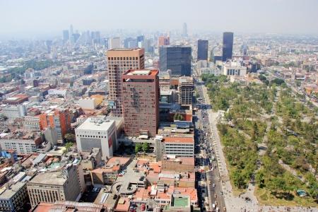 トラフィックとスモッグとメキシコ市の空中写真