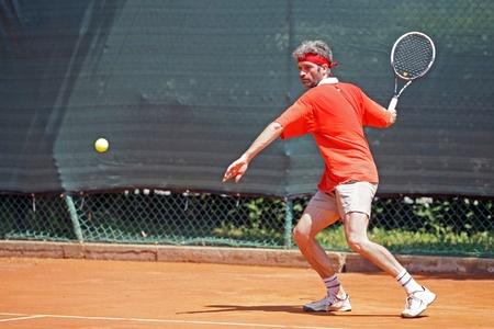 Os guy jóvenes jugando un partido de tenis Foto de archivo - 34849937