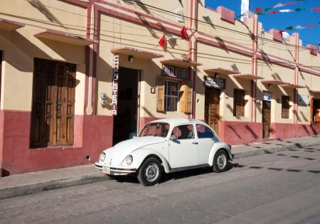 SAN CRISTOBAL DE LAS CASA, MEXICO - FEBRUARY 7, 2013  VW Beetle parked in a street in San Cristobal de las Casas, Mexico, on a sunny day 版權商用圖片 - 24186410