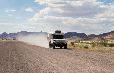 Een off-road auto in een Namibische onverharde weg, Namibië Stockfoto