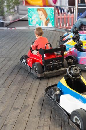 Un Nino Comienza A Conducir Con Un Carro De Juguete Electrico