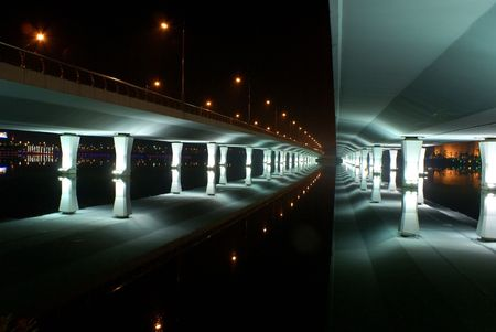 illusory: Puente de la reflexi�n Foto de archivo