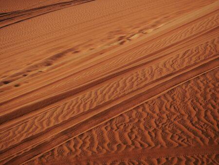 Reifenspuren im roten Wüstensand