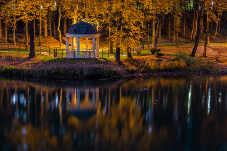 Night in autumn park with pond and rotunda Archivio Fotografico