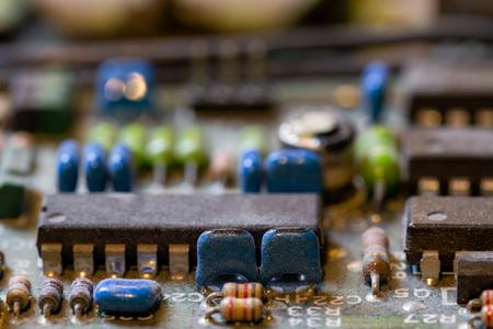 fond sombre de l'ancien circuit électronique libre avec dus Banque d'images