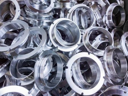 een partij machinaal bewerkte glanzende aluminium onderdelen met selectieve focus Stockfoto