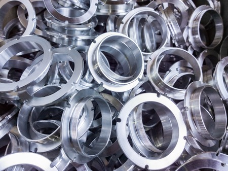 un lote de piezas de aluminio brillante mecanizadas con enfoque selectivo Foto de archivo